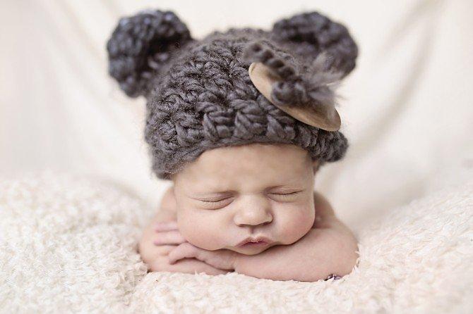 Śpiący noworodek w czapce
