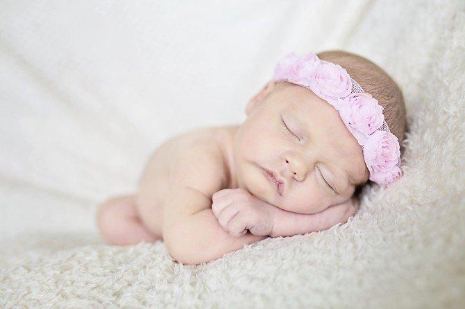 Śpiący noworodek z opaską